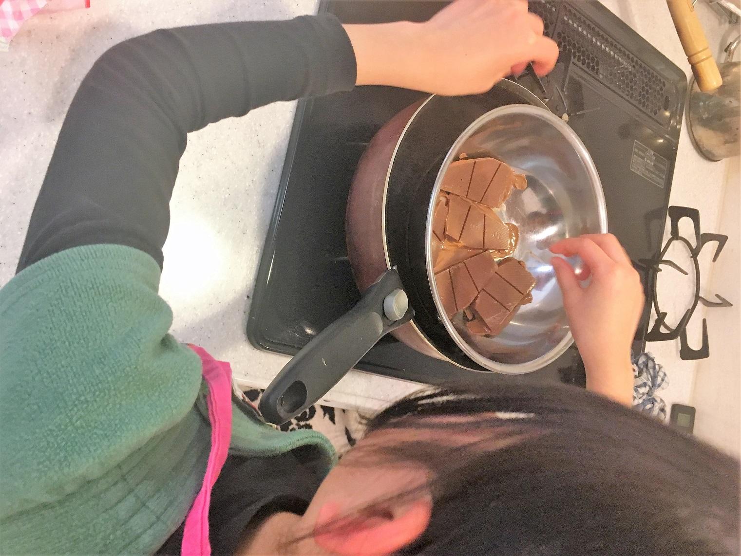 チョコレートを溶かします