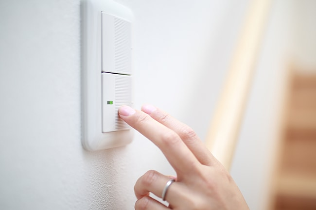 手垢汚れは、どこのご家庭にもある消しゴムを使って落とすことができます。