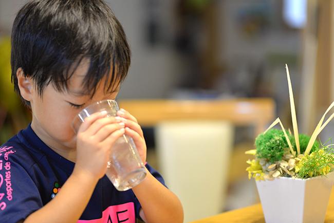 子供に良質な水を飲ませましょう