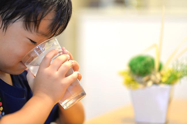 朝と夜、良質な水を子供に飲ませましょう