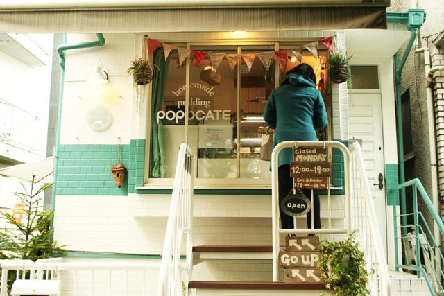POPOCCATEは出窓から注文してテイクアウトできます。外にはテラス席も